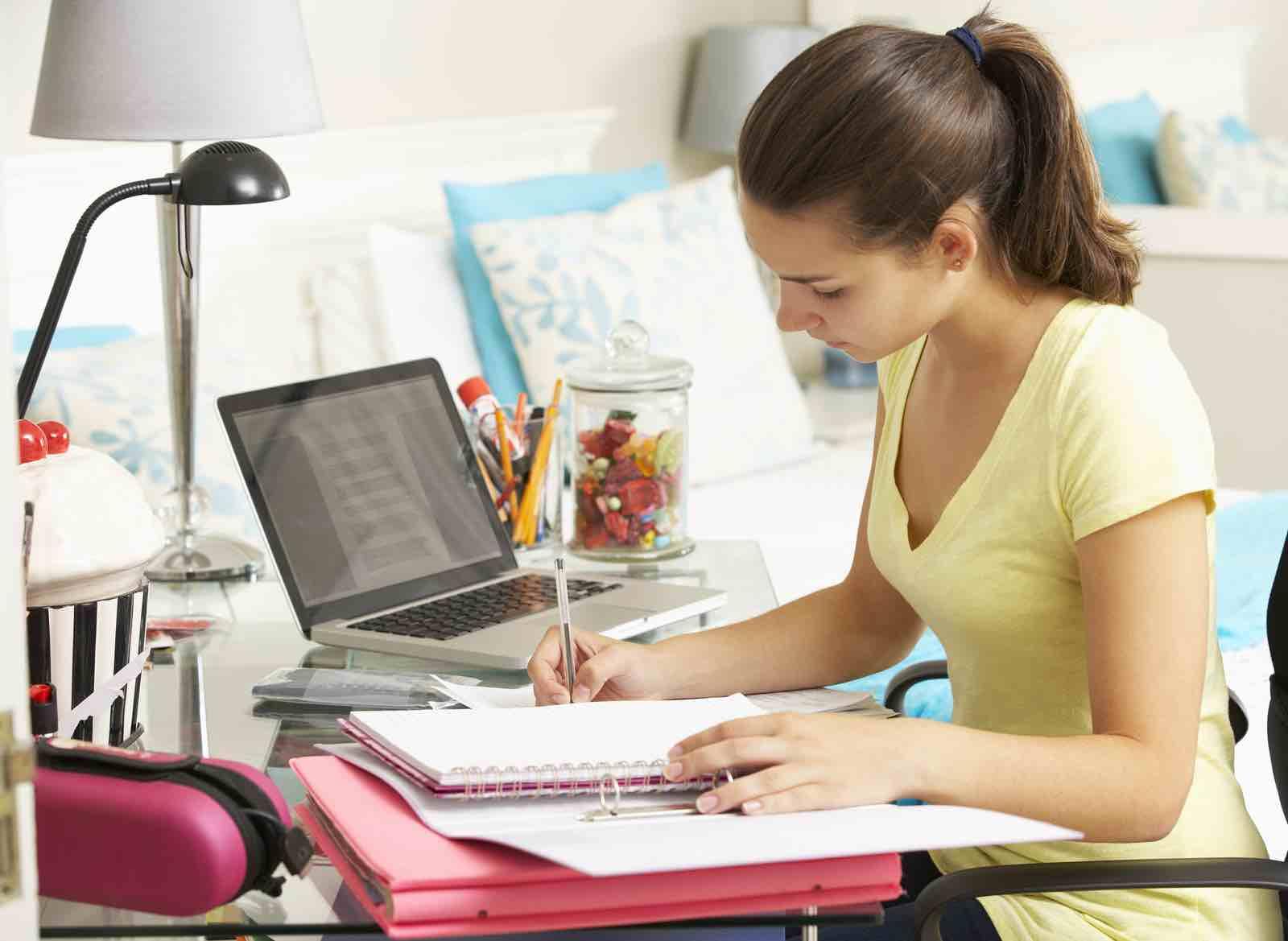 Jente skriver