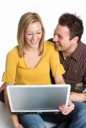 Dame og mann med laptop