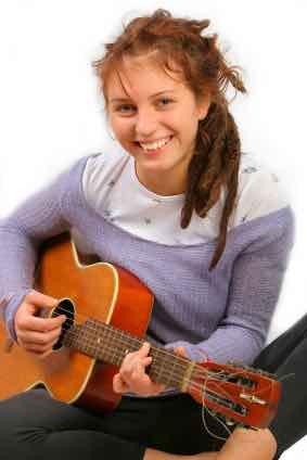 Jente spiller på gitar