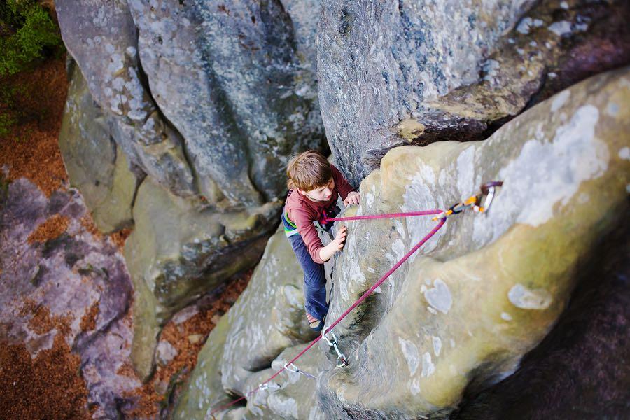 Gutt som klatrer